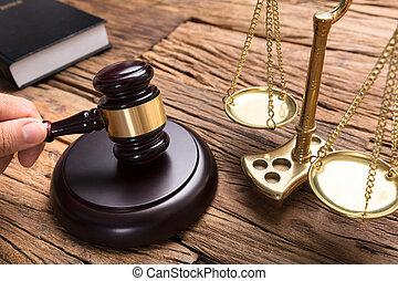 échelle, juge, maillet, justice, frapper, table bois