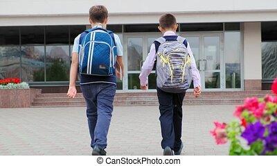 école, bâtiment, grand, écoliers, promenade, sacs dos