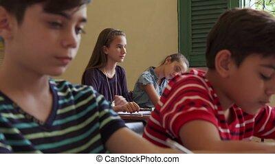 écolier, classe, latina, femme, fille souriant