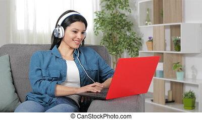 écouteurs, heureux, brouter, ordinateur portable, contenu, femme