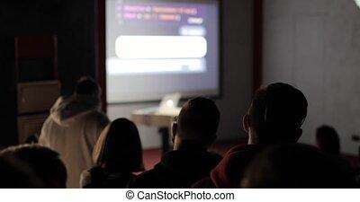écran, laptop., utilisation, jeune, teacher-trainer, projection, séminaire, conférence, groupe, écoute, gens