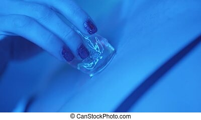 élégant, femme, caresser, elle, cou, cube, closeup, nuit, glace, club, provocateur