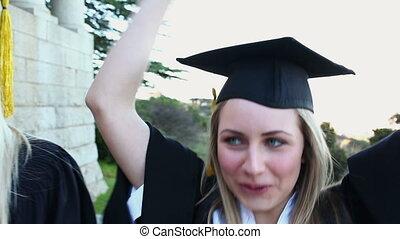 élévation, étudiants, leur, bras, gradué