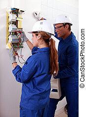 électricien, elle, regarder, vérification, plus vieux, jeune, ampèremètre, compteur électricité, femme, utilisation, homme