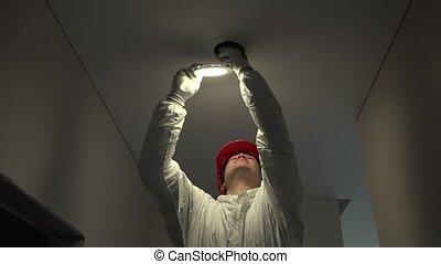 électricien, travail, installation, éclairage, mené, nouveau, 4k, apartment., professionnel