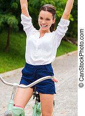 élevé, femme, amour, elle, jeune, bras, bicyclette voyageant, riding!, garder, heureux
