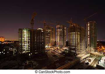 élevé, sept, grues, sous, bâtiments, sombre, construction, nuit, illumination