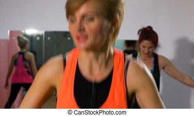 énergique, gymnase, séance, mûrir, aérobic, instructeur aptitude, femmes