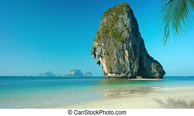 énorme, paisible, tours, rocher, plage tropicale, formation, sur