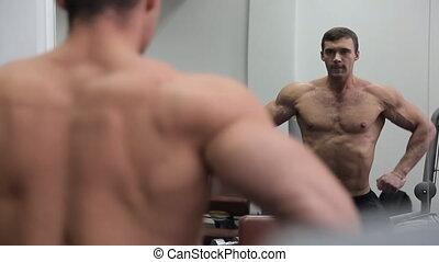 énorme, sien, culturiste, muscles, miroir, devant, spectacles