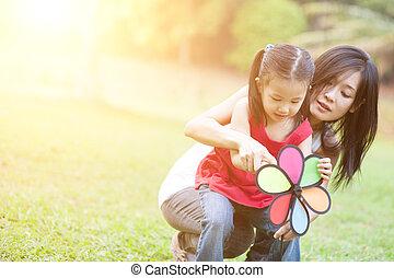éolienne, fille, asiatique, mère, outdoors., jouer