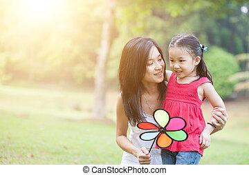 éolienne, fille, park., vert, asiatique, jeu mère