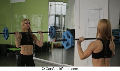 épaules, femme, athlète, trains, barre disques, gym., triceps, utilisation, poids