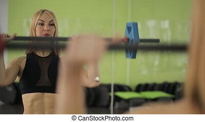 épaules, femme, athlète, trains, musculaire, barre disques, gym., triceps, utilisation, poids