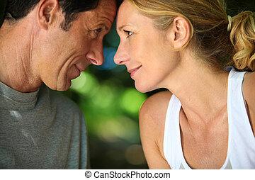 épaules, romantique coupler, tête, regarder, autre, mûrir, chaque