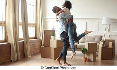 épouse, rotation, porter, en mouvement, mari, africaine, jour, célébrer, heureux