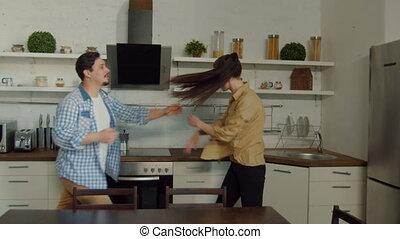 époux, pousser, autre, chaque, maison, ennuyé, cuisine