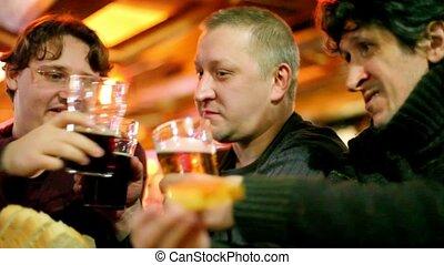 équipe, boisson, trois, bière, verres tintement