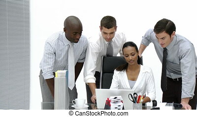 équipe, business, bureau fonctionnant, ensemble