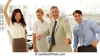 équipe, business, sourire, appareil photo, applaudissement