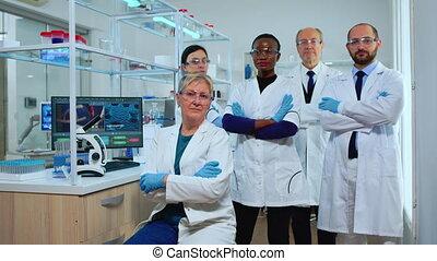équipe, expérimenté, multiethnic, appareil photo, scientifiques, regarder