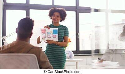 équipe, femme, présentation, bureau, créatif