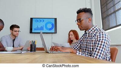 équipe, mélangé-race, côté, jeune, vue, business, fonctionnement, 4k, réunion bureau, salle moderne