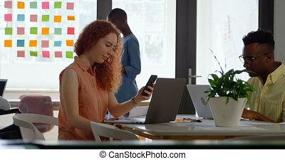 équipe, mélangé-race, côté, jeune, vue, business, fonctionnement, table, 4k, bureau, moderne, séance