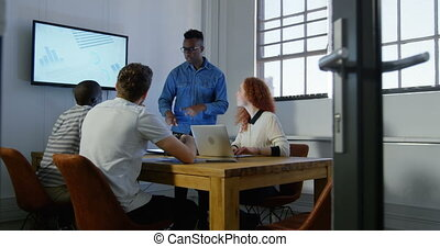 équipe, mélangé-race, jeune, business, planification, fonctionnement, 4k, réunion bureau, salle moderne