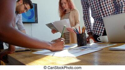 équipe, mélangé-race, jeune, vue, business, fonctionnement, bas, 4k, réunion bureau, moderne, angle, salle