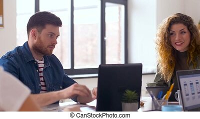 équipe, ordinateurs, bureau fonctionnant, créatif
