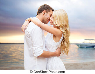 été, couple étreindre, plage coucher soleil, sur, heureux