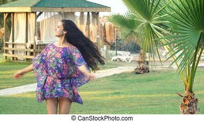 été, danse femme, jeune, long, exotique, palmiers, entre, cheveux, bronzé