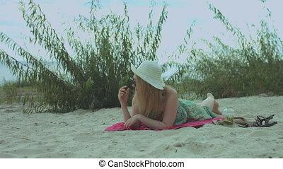 été, femme relâche, plage, insouciant, robe