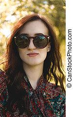 été, femme souriante, lunettes soleil