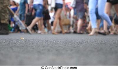 été, marche, concept, foule, gens, brouillé, ville, lifestyle., angle, downtown., day., unrecognizable, bas, passage clouté, urbain, grand, motion., lent, intersection, piétons, mouvement, croisement, vue