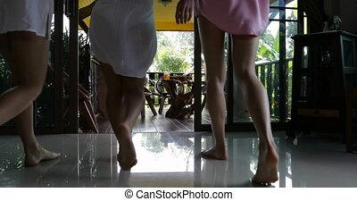 été, marche, groupe, séance, filles, jeune, dos, conversation, terrasse, table, vue, arrière, femmes