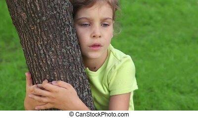 été, peu, arbre, étreintes, closeup, girl, parle, jour, vue