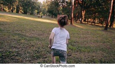 été, peu, lent, ensoleillé, loin, parc, courses, dos, gai, appareil photo, vue, girl, day., mo