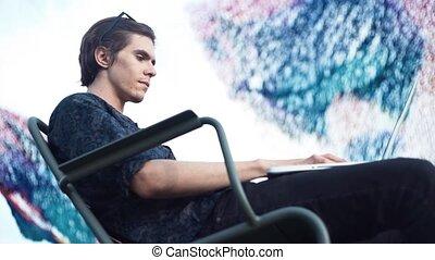 été, séance, ordinateur portable, jeune, outdoors., utilisation, chaise, jour, homme