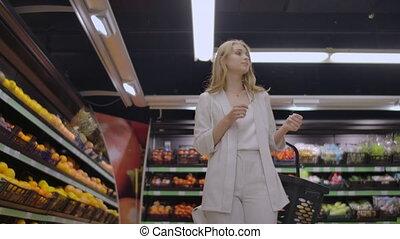 étagères, légumes, achat, fruits, promenades, mains, femme, elle, fruit., supermarché, par, frais, panier, beau, regarder