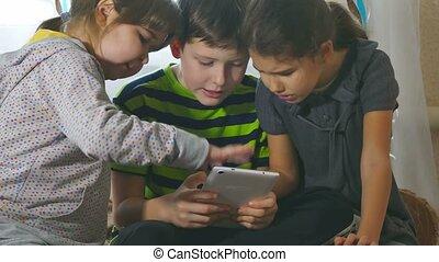 était, autre, jouer, girl, tablette, pleurer, offensé, garçon