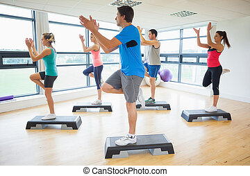 étape, exercice, aérobic, exécuter, instructeur, classe aptitude