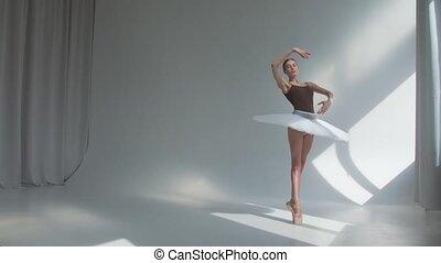 étape, spacieux, studio., ballet, répète, femme, exercices, brillamment, danseur, lit, back., ouvert, mouvements, robe danse