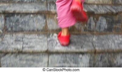 étapes, marche, échelle, haut, pieds, appareil photo, enfant, suivre