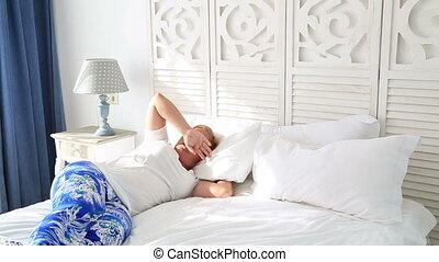 étendue, femme, bâiller, haut, réveiller