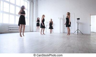 étirage, avant, femmes, dancin, équipe