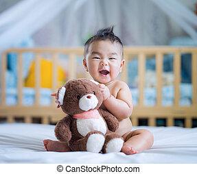 étreinte, teddy, asseoir, ours, né, asiatique, bébé, nouveau