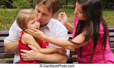 étreintes, fille, elle, couple, essayer, leur, calme, pleurer