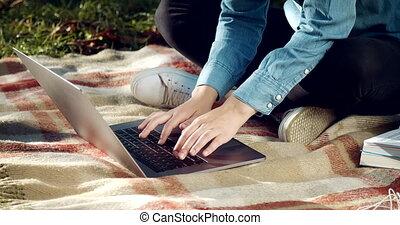 étudiant, ordinateur portable, femme, parc, grand plan, dactylographie